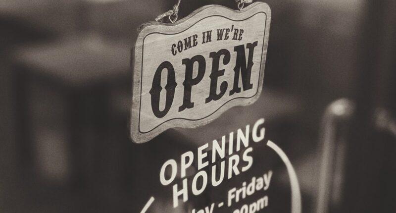 Corona hat zu vielen Änderungen bei den Öffnungszeiten von Geschäften geführt. Deswegen haben viele bei den Geschäften angerufen, um sich über die Öffnungszeiten zu erkunden. Um das Vertrauen über die Öffnungszeiten die bei der Suche gefunden werden zu stärken, gibt Google jetzt das Datum der letzten Änderung der Öffnungszeiten an. So soll das Vertrauen in die Informationen erhöht werden.