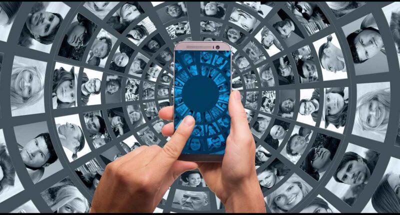 Online Communities werden immer beliebter. Durch Corona bekommen sie noch weiteren Auftrieb. Es entstehen immer mehr Facebook Gruppen, in denen sich die Leute über das Virus austauschen. Deswegen bietet Facebook jetzt ein E-Learning Programm für Community Manager an, das speziell auf Facebook Gruppen ausgerichtet ist.